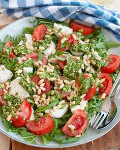 Recipe: Caprese salad with pesto and pine nuts - Savory Sweets Healthy Recipes, Veggie Recipes, Real Food Recipes, Vegetarian Recipes, Lunch Healthy, Healthy Salads, Healthy Eating, 100 Calories, Salade Caprese
