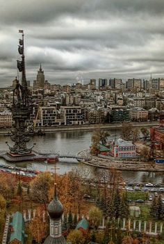 Across the river.. Moscow, Russia (by maistora on Flickr)