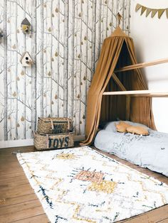 Le papier peint Woods and Pears de Cole and Son d core cette jolie chambre r alis e par Your Colors Namurs The wallpaper Woods and Pears from Cole and Son decorates this beautiful bedroom designed by Your Colors Namur coration Boys Room Wallpaper, Cole And Son Wallpaper, Wallpaper Childrens Room, Beautiful Bedroom Designs, Beautiful Bedrooms, Baby Bedroom, Kids Bedroom, Baby Decor, Boy Room