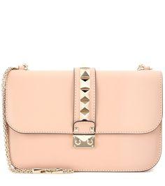 Valentino - Sac à bandoulière en cuir Lock Medium - Redécouvrez le sac à bandoulière chaîne Lock de Valentino. Devenu un accessoire iconique, ce best-seller se décline en format medium. Confectionné en cuir souple et velouté, il est paré des emblématiques clous pyramidaux dorés de la maison. Optez pour ce modèle beige rosé, à porter aussi bien le jour que le soir. seen @ www.mytheresa.com
