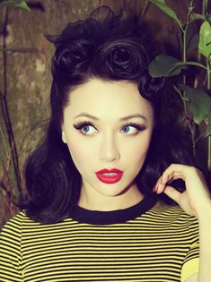 Rockabilly hair, pale girl with dark hair done in retro victory rolls, with red 140 rockabilly hair ideas: inspired from the Moda Rockabilly, Rockabilly Fashion, Rockabilly Ideas, Rockabilly Dresses, Vintage Makeup, Retro Makeup, Vintage Beauty, Pin Up Hair, My Hair