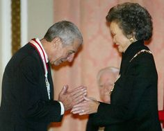 Canadian singer/songwriter Leonard Cohen (L) bows after receiving the rank of Companion in the Order of Canada from Governor General Adrienne Clarkson during a ceremony in Ottawa, October 24, 2003. (Jim Young/Reuters)