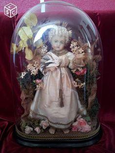 """Superbe globe de mariée, 60 cm, année 1930, composition intacte, Enfant Jésus en cire dit """"à la française"""" robe de soie légèrement défraîchie, yeux de verre réalistes (sulfure), véritable chevelure, papier rocher, fleurs en soie et coton amidoné,"""