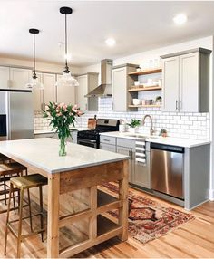 Explore beautiful pictures of small kitchen layout ideas and decorating theme examples. Kitchen Design Room Designs Kitchens Small Kitchens Design 101 for small spaces. Most Popular Kitchen Design Ideas on 2018 & How to Remodeling Classic Kitchen, New Kitchen, Kitchen Dining, Kitchen Decor, Kitchen Ideas, Kitchen Cabinets, Gray Cabinets, Rustic Kitchen, Kitchen Layout