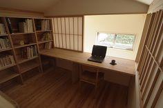 吹き抜けに面した書斎。障子で柔らかく仕切ることができる。