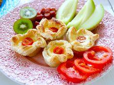 Här kommer löjligt enkla & goda minipajer bakade påsmördeg. Passar lika bra till buffeen, kräftskivan eller midsommar. Går lika bra med vilken ost som helst, men gärna en lagrad. Ta ut smördegen i tid så att den hinner tina. Till 6 små ostpajer. 6 st fyrkantiga smördegsplattor 2 ägg 1 … Läs mer