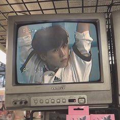 imagen descubierto por taehyung..... Descubre (¡y guarda!) tus propias imágenes y videos en We Heart It Aesthetic Japan, Japanese Aesthetic, Aesthetic Girl, Aesthetic Anime, Desenho New School, Piskel Art, Kpop Posters, Applis Photo, Retro Poster