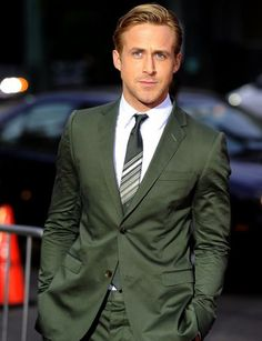 You know it's the right colour suit when Ryan Gosling is wearing it. Green suit for the groom. Estilo Ryan Gosling, Ryan Gosling Style, Ryan Gosling Hair, Hot Men, Sexy Men, Hot Guys, Gq, Herren Outfit, Hey Girl
