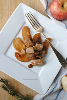 Bocconcini di maiale con mele, uvetta e pinoli alla salsa di soia per un secondo piatto facile, velocissimo e goloso.