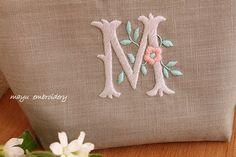 フリーステッチ☆花文字のポーチ の画像|Nui nui 生活 in TOKYO Embroidery Floss Projects, Hand Embroidery Patterns Free, Best Embroidery Machine, Embroidery Alphabet, Flower Embroidery Designs, Embroidery Monogram, Hand Embroidery Stitches, Embroidery Hoop Art, Ribbon Embroidery