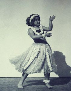 Shirley Temple poses in her grass skirt, teaching hula dance for a magazine article, Hula Dance, Dance Art, Hawaii Tumblr, Famous Child Actors, All About Hawaii, Shirly Temple, Mood Images, Vintage Hawaii, Barbie Collector