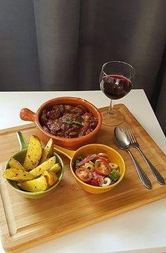 Spaans stoofpotje met patatas bravas en salade Mexican Food Recipes, Healthy Recipes, Ethnic Recipes, Good Food, Yummy Food, Tasty, Convenience Food, Snack, Food Presentation
