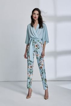 Estampa floral no office look - Guita Moda Fashion 2020, Girl Fashion, Fashion Dresses, Fashion Looks, Informal Attire, Robes Glamour, Moda Floral, Casual Chique, Office Looks