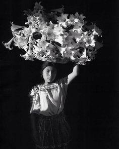 "Flor Garduño, ""Basket of Light (Canasta de luz, Sumpango, Guatemala)"", Gelatin silver print. Santa Barbara Museum of Art. Museum purchase with funds provided by Mr. History Of Photography, Fine Art Photography, Documentary Photography, Photography Magazine, Vintage Photography, Street Photography, Santa Barbara Museum, Fotojournalismus, Gelatin Silver Print"