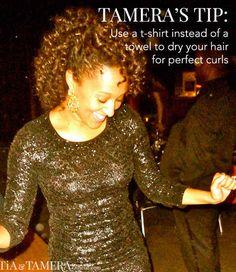 Sécher vos cheveux avec un t-shirt plutôt qu'une serviette peut vraiment aider à dompter les boucles et les petits cheveux. | 38 astuces beauté simples et pratiques