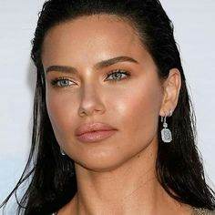 Adriana Lima on Eating Healthy While Traveling and Wearing Makeup at the Gym - Celebrities Female Adriana Lima Style, Estilo Adriana Lima, Adriana Lima Face, Adriana Lima Makeup, Brazilian Models, Victoria Secret Angels, Tan Skin, Most Beautiful Women, Colorful Makeup