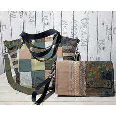 8f3d4c4bdc Sac bandoulière en patchwork kaki militaire vert et gris. Côtés bâche  camouflage. Bandes décoratives