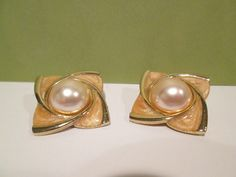 Hey, I found this really awesome Etsy listing at https://www.etsy.com/listing/189632416/vintage-peach-enamel-faux-pearl-cabachon