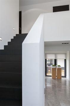 Trappen – Strakk, gepassioneerd vakmanschap in ieder detail Home Stairs Design, Interior Stairs, Loft Design, Modern House Design, Upside Down House, House Stairs, White Home Decor, House Goals, Little Houses