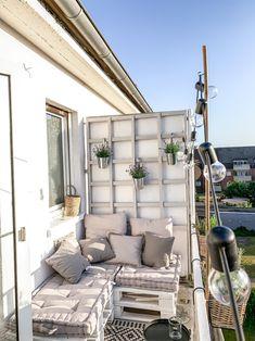 Auf dieser Palettenbank lässt es sich die Sonne genießen! Mit passender Deko, Kissen und Rankhilfe wird der Balkon von thelovelyliving zum monochromen Outdoor-Wohnzimmer! #balkon #sommer #palettensofa #palettenmöbel #diy #balkonmöbel #COUCHstyle Boho Home, Porch Swing, Outdoor Furniture, Outdoor Decor, Ladder Decor, Patio, Landscape, Gardening, Home Decor