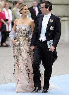Tatiana Blatnik,  con el príncipe Nicolás de Grecia, llevó un vestido de gasa con escote palabra de honor, adornado con 'paillettes' doradas.