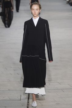 The complete Jil Sander Spring 2018 Ready-to-Wear fashion show now on Vogue Runway. Jil Sander, All Black Fashion, Fashion Week 2018, Couture Details, Fashion Show Collection, Vogue Paris, Passion For Fashion, Ready To Wear, Women Wear