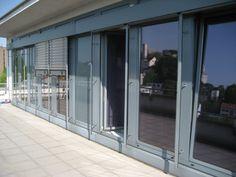 Moderne und preisgünstige Bürofläche: Moderne gepflegte Bürofläche in attraktivem Neubau aus dem Jahre 1996. Das Treppenhaus ist in schwarzem Granit gehalten. Ein Aufzug bringt Sie in Ihre Büroetage im 3. Obergeschoss. Hier finden Sie 6 Räume (inkl. Serverraum und Archiv) mit Küche und entsprechenden Sanitärräumen vor. Bedarfsausweis, Kennwert Strom 21,70 kWh/(m²*a), Kennwert Wärme 114,30 kWh/(m²*a), Energiekennwert 136 kWh/(m²*a), Gas.