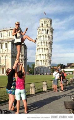 The Leaning Tower of Pisa is a hugely popular tourist site; people love taking forced perspective photos. See funny Leaning Tower of Pisa pictures here. Pisa, Photo Illusion, Cool Pictures, Cool Photos, Artsy Photos, The Meta Picture, Photo Fails, Forced Perspective, Perfectly Timed Photos