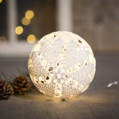 Virkad ljuskula av bomullsgarn | Pysseltips Christmas Balls, Christmas Lights, Christmas Crafts, Christmas Ornaments, Crochet Books, Diy Crochet, Yarn Crafts, Diy And Crafts, Green Craft