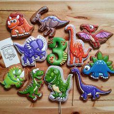 Давно была мечта - сделать динозавров не зря их мальчуганы так любят - они такие притягательные! Надеемся, что юный любитель этих невиданных животных оценит пряничных собратьев☺☺ Cookie Icing, Biscuit Cookies, Royal Icing Cookies, Cupcake Cookies, Dinosaur Cookies, Dinosaur Birthday Cakes, Dinosaur Party, T Rex Cake, Dino Cake