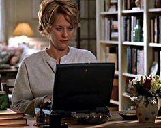 """Accendo il mio computer, aspetto con impazienza che si colleghi, vado online e trattengo il respiro finché non sento quelle paroline magiche, """"C'è posta per te"""". Non sento niente, non un suono per le strade di New York, tranne il battito del mio cuore, ho posta da te.    -C'è posta per te-"""