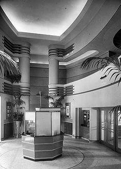 Odeon-Kino, Fortis Green Road, Muswell Hill, Haringey, Großraum London - Old London - Theater Old London, North London, London Architecture, Architecture Art, London History, Local History, Streamline Moderne, Art Deco Buildings, Greater London