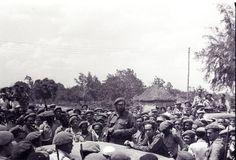 Los milicianos escuchan las informaciones de Fidel sobre los combates que se efectuan en otra zona de Playa Giron.