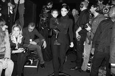 Kim Kardashian, North et Kanye West arrivent au défilé Balenciaga printemps-été 2015 http://www.vogue.fr/mode/inspirations/diaporama/fwpe2015-les-coulisses-de-la-fashion-week-de-paris-printemps-ete-2015-jour-2-balenciaga-kim-kardashian/20484/image/1086589#!kim-kardashian-north-et-kanye-west-arrivent-au-defile-balenciaga-printemps-ete-2015-fashion-week-paris