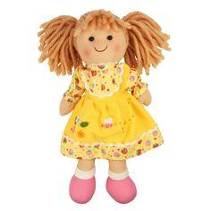 Stoffen pop Daisy 28 cm  Maak kennis met Daisy - een vrolijke en kleurrijke, traditionele pop. Daisy draagt een hoge kwaliteit outfit in een mooie geel design en zij wordt vast en zeker de allerbeste vriend van uw kind.  Ideaal te combineren met onze poppenwagens, poppenbedjes en poppenstoelen.  Bigjigs poppen zijn leverbaar in 3 verschillende hoogtes - 28 cm, 35 cm en 38 cm.