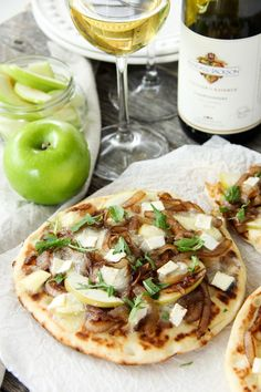 This Caramelized Onion, Apple and Brie Flatbread recipe is an ideal summer appetizer for an outdoor bbq or to enjoy as a personal entree for yourself. Entree Recipes, Vegetarian Recipes, Dinner Recipes, Cooking Recipes, Healthy Recipes, Dinner Ideas, Dessert Recipes, Salsa, Apple Pizza