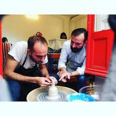 Los alfareros alumno y profesor haciendo nuevas piezas en nuestros viernes que ya estamos acostumbrandonos a que sean intensos a la par que divertidos  #LaGaleriaFactoria #clay #thehobbymaker #madridcentro #madrid #cursos #autoproduccion #productdesign #curso #potter #pottery #bottle