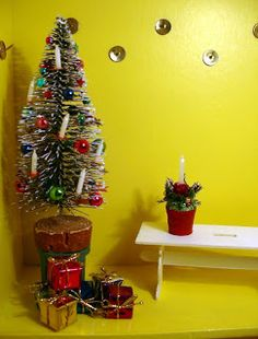 Christmas decoration - pot with poinsettia and candle (DIY) | Source: Puno's Minis