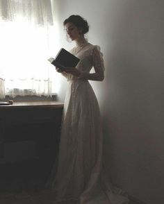 Tessa Gray 'whenever she felt sad, she'd pull out his book and trace his handwriting' Photo Web, Tessa Gray, Princess Aesthetic, Belle Photo, Character Inspiration, Marie, Ideias Fashion, Vintage Fashion, 1914 Fashion