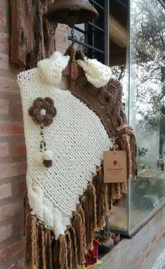 Poncho tricot Crochet Wrap Pattern, Knit Crochet, Crochet Hats, Knitted Poncho, Knitted Shawls, Poncho Knitting Patterns, Neck Accessories, Poncho Shawl, Christmas Diy