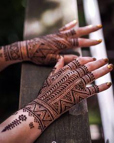 Unique Back Hand Mehndi Designs For The Bridesmaids! Mehandi Design For Hand, Mehndi Designs Finger, Latest Henna Designs, Mehndi Designs Book, Back Hand Mehndi Designs, Legs Mehndi Design, Indian Mehndi Designs, Mehndi Designs For Girls, Modern Mehndi Designs