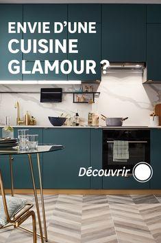 Vous voulez aménager une cuisine ouverte ? La cuisine en I, compacte, est une bonne option ! Pour la composer, on optimise toute la place impartie en hauteur et en largeur, y compris entre deux murs. L'électroménager, intégré, se fait discret. Côté rangements, on multiplie les équipements intérieurs astucieux et gain de place. Et pour faire de la cuisine un élément fort du décor, on ose le style glamour et on mixe vert mat, effet marbre, touches dorées, métal noir et verre. Ose, Piece A Vivre, C'est Bon, Glamour, Home Decor, Style, Low Key, Black Metal, Storage