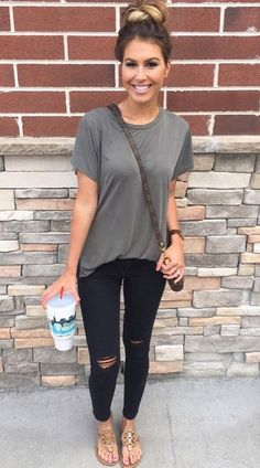 Gray top, black skinnies, brown sandals. Summer outfit