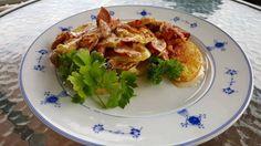 For fam på 4  6 store poteter 1 pk skinnfrie pølse 3 dl fløte Ost (jarlsberg) 1/2 purre 1/2 løk 1/2 paprika Salt, pepper og paprika  Skjær poteter i tynne skiver gjerne med skallet på om det er tynt. Del pølser og grønsaker i biter. Legg poteter nederst og krydre. Strø over pølser og g