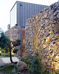 BCHO Architects. Stone Wall House. Gyeonggi-do. Korea. photos (c) BCHO Architects The acts of splitting and dividing in architecture can produce dramatic effects; it can induce stronger relationships,...