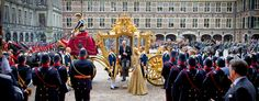 Koning Willem Alexander en koningin Máxima komen in de Gouden Koets aan bij de Ridderzaal.