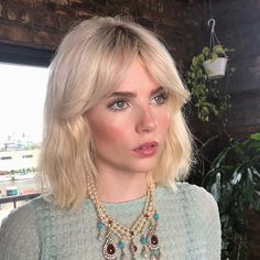 The Raddest Fall Haircuts Coming Out Of L.A's Coolest Salons - Hair - Makeup Short Hair With Bangs, Hairstyles With Bangs, Pretty Hairstyles, Hairstyle Short, School Hairstyles, Prom Hairstyles, Natural Hairstyles, Short Summer Hairstyles, Blonde Lob With Bangs