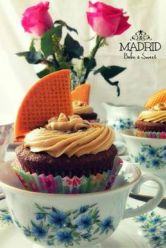 Deliciosos cupcakes de café con buttercream de café y jarabe de moka. Decoración con mini galletas de abanico. Celebrando felíz!