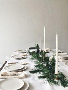 Idée déco pour une table de noel blanche, décorée de bougies et chandeliers dorés #noel #noel2017 #idéedéco #tbougies