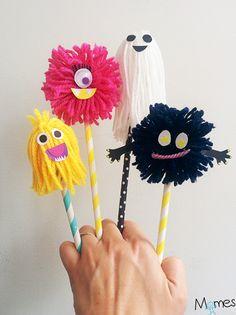 Ils sont trop rigolos ces p'tits monstres réalisés à partir d'un pompom de laine ! Parfait pour bricoler à l'occasion d'halloween par exemple.